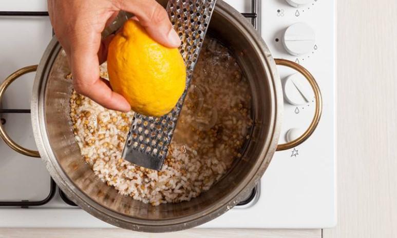 Aggiungere il limone al riso