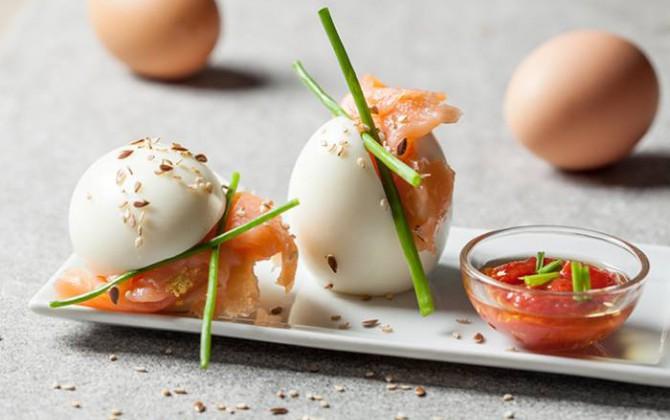 Uova sode erba cipollina e salmone