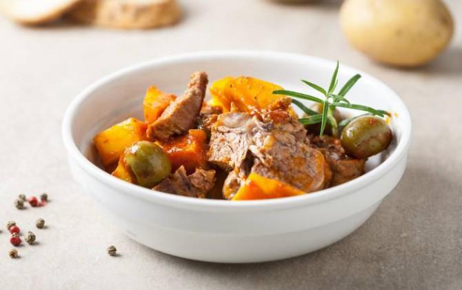 Spezzatino di agnello con patate e olive