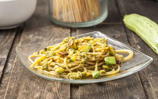 Spaghetti di farro con zucchine e pesto
