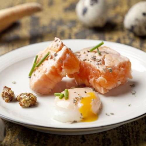 Uova di quaglia in camicia con salmone