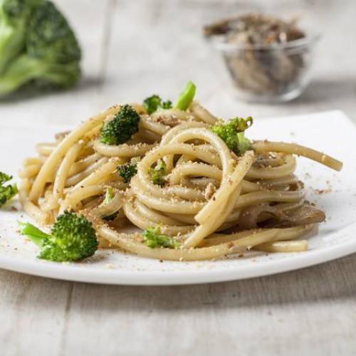 Bucatini acciughe e broccoli