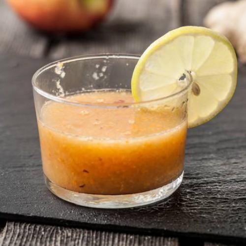 Smoothie, mele, zenzero carote e tè