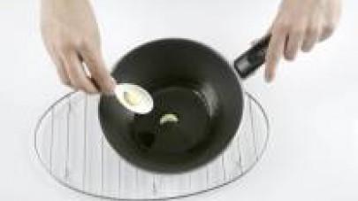Soffriggete l'aglio intero e aggiungete al soffritto 2 vasetti de Il Mio Sugo Star Basilico. Salate, pepate e fate cuocere a fuoco basso. Quando la salsa si riduce un poco, toglietela dal fuoco e mett