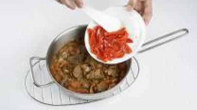 Eliminate il peduncolo e i semi del peperone. Tagliatelo a strisce grosse e aggiungetelo allo stufato. Lasciate cuocere il tutto per ancora 5 minuti prima di servire.