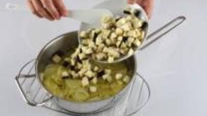 Pelate e tagliate la melanzana a dadini e aggiungetela al resto. Soffriggete le verdure fino a farle ammorbidire.