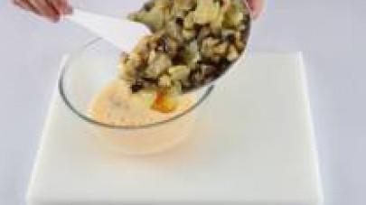 In una bacinella sbattete le uova con un pizzico di sale e aggiungete le verdure cotte.
