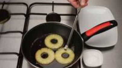 Nel frattempo, soffriggete l'ananas in una padella con un po' d'olio o di burro.