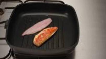 Su una griglia - o una padella antiaderente leggermente unta con olio -, fate cuocere i filetti di pesce che avrete provveduto a in saporire con dei pezzettini  sminuzzati de Il Mio Dado Star - Vegeta