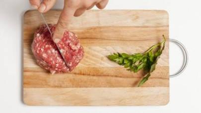 Tagliate a pezzetti la pasta di salsiccia e unitela ai funghi, continuando a rosolare per altri 5 minuti poi aggiungete anche il riso.