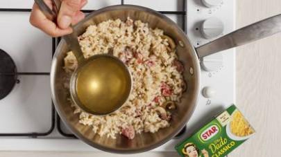 Continuate la cottura aggiungendo il brodo che avrete preparato con Il Mio Dado Star - Classico e prima di portare in tavola guarnite il risotto con il prezzemolo tritato finemente.