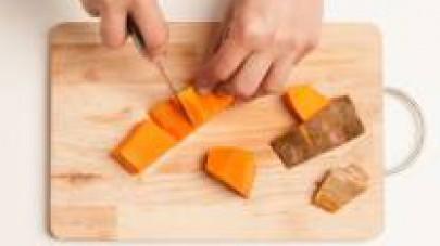 Tagliate la zucca a tocchetti dopo averla pelata e privata di eventuali semi e filamenti interni.