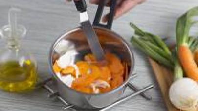 Pelate e tagliate la carota a fettine sottili e aggiungetela al soffritto di cipolla. Lasciate che le verdure si ammorbidiscano sul fuoco per circa 5min. Aggiungete 1 litro di Il Mio Brodo Star Verdur