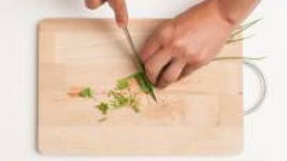 Lavate l'erba cipollina e tagliatela finemente.