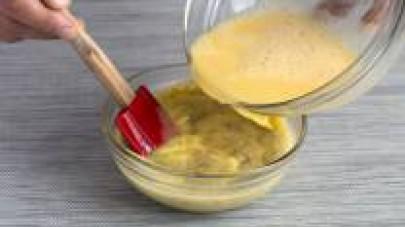 Aggiungete le foglie di gelatina previamente lasciate in ammollo e mescolate perché si amalgamino bene.