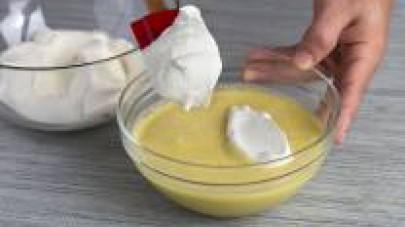 Montate i 550 g di panna con la frusta elettrica e, una volta pronta, mescolatela delicatamente con la crema di pistacchio fredda.