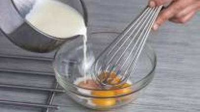 Preparate una crema inglese facendo bollire 200 g di panna da montare con il latte e lo zucchero. Una volta cotta versatela sui rossi d'uovo che avrete messo in una ciotola.