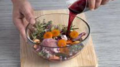 Pelate e tagliate a dadini le carote, la cipolla, l'aglio e i rametti di sedano. Prendete la metà delle verdure affettate e mettetele in una teglia. Aggiungete la lepre tagliata a pezzi e salata, il t