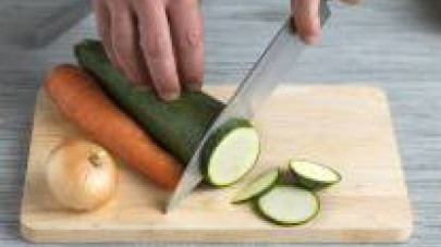 Tagliate a piccoli cubetti le carote,le zucchine e gli scalogni.