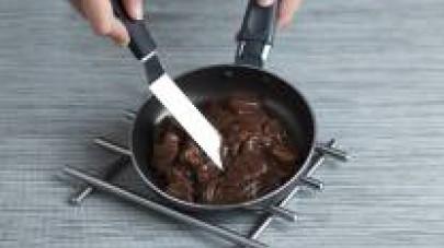 Versate il bicchiere di vino rosso e lasciatelo evaporare. Aggiungete il bicchiere di brodo preparato con il Dado Star Delicato e cuocete fino a creare una salsa densa.
