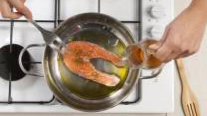 In una padella con poco olio extra vergine di oliva rosolate il pesce a tranci interi e cuocetelo per 8 min. da entrambi i lati aggiungendo Il Mio Brodo Star - Verdure.