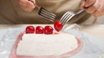 Distribuite lungo la lunghezza il ripieno in ordine sparso: i pomodorini, le olive e le prugne.