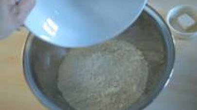 In una ciotola capiente mettete i duecento grammi di farina