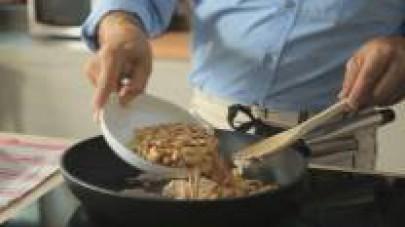 Quando è ben cotta, aggiungete il resto degli ingredienti: le arachidi e i pinoli, il peperoncino sgocciolato, il latte di cocco, lo zucchero di canna e la patata cotta pelata. Lasciate cuocere il tut