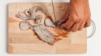 Lavate bene i moscardini sotto l'acqua corrente e privateli delle interiora.