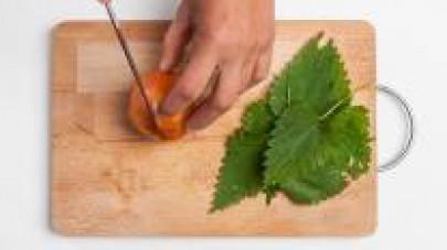 Pulite le ortiche, eliminando le foglie rovinate, lavatele e mettetele da parte. Affettate finemente 1 cipolla bionda; lavate, pelate e tagliate a tocchetti le patate.