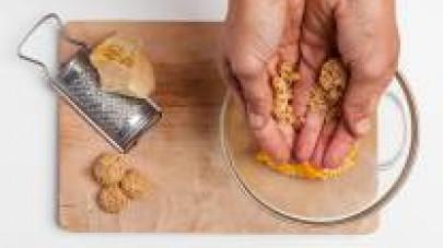 Disponete in una ciotola la zucca, unite gli amaretti sbriciolati, il formaggio grattugiato e la noce moscata. Amalgamate bene tutti gli ingredienti e aggiustate di sale e pepe. Quindi, preparate le s