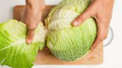 Mondate la verza, eliminando le foglie più esterne.