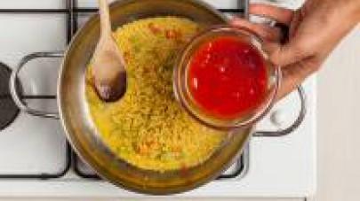 In una padella, rosolate con 1 cucchiaio di olio extravergine di oliva la carota