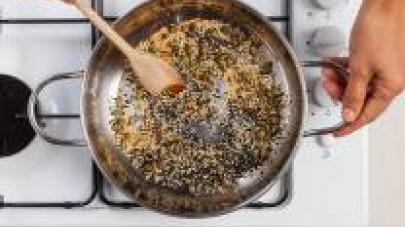 In una padella, tostate i semi misti.