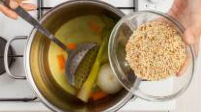 Pulite e lavate la carota e il sedano; mondate la cipolla. In una pentola capiente, fate bollire 500 ml de Il Mio Brodo Star Verdure con la carota, il gambo di sedano e la cipolla interi.