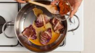 In una padella, rosolate gli involtini con 1 cucchiaio di olio extravergine di oliva per qualche minuto a fiamma viva; aggiungete 1 cucchiaino di GranRagù Star Speck, aggiustate di sale e pepe, e poi