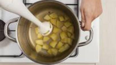 Pelate le patate e tagliatele a tocchetti. Preparate il brodo con acqua e 1 Dado Star Vegetale -30% sale. In una pentola capiente, soffriggete le patate con 1 cucchiaio di olio extravergine di oliva;