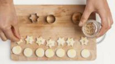 Nel frattempo, utilizzando formine da cucina a stellina e a disco, preparate i crostini con 1 fetta di pane da tramezzini