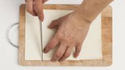 Nel frattempo, tagliate la sfoglia della misura desiderata (poco più grande delle pirofile che intendete utilizzare per la cottura in forno).