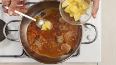 A parte, in una pentola capiente, lessate le patate in abbondante acqua, scolatele quando saranno quasi cotte