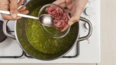 Trascorso questo lasso di tempo, aggiungete la carne e proseguite la cottura per altri 20 min.