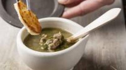 Terminata la cottura della zuppa, impiattatela e servitela ben calda accompagnata dai crostini di pane tostato.