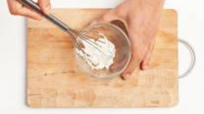 A parte, disponete la ricotta in una ciotola capiente; unite 1 cucchiaino di olio extravergine di oliva. Montatela leggermente fino ad ottenere una crema dalla consistenza soffice.