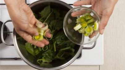 Aggiungete i porri e 1 I Dadi Star - Vegetale -30% sale e lasciate cuocere per qualche minuto. Unite quindi ½ bicchiere d'acqua e proseguite la cottura per altri 10 min.