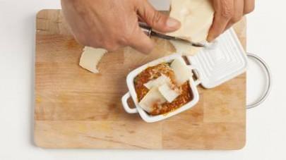 Mettete in forno la pirofila e lasciate cuocere per 15 min. a forno ben caldo; portate in tavola. La parmigiana di zucchine è ottima anche fredda, come piatto estivo.
