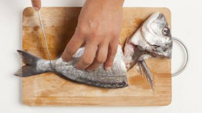 Pulite e lavate i pesci; tagliate le teste e le code e, con l'aiuto di una forbice, eliminate tutte le pinnette.