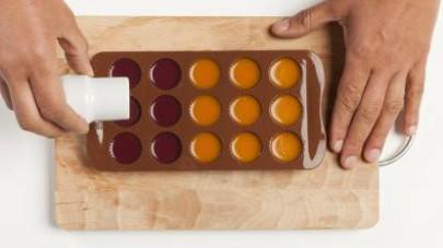 In un pentolino, mettete il passato di frutta e scioglietevi 1 cucchiaino di agar agar.