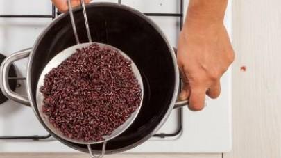 In una pentola capiente, fate cuocere il riso venere in abbondante acqua salata per il tempo indicato sulla confezione.