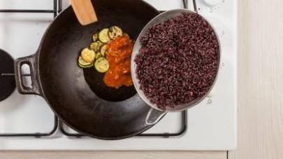 In un wok, fate saltare le zucchine con 1 cucchiaio di olio extravergine di oliva. Aggiungete il contenuto di 1 confezione di GranRagù Star Classico.
