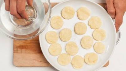 Disponete gli gnocchetti alla romana su una pirofila unta con poco olio extravergine di oliva, coprite con il contenuto di 1 confezione di GranRagù Star Datterino e mettete in forno a gratinare per 10